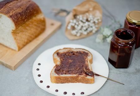 チョコスプレッドと全粒粉入りの湯種食パン